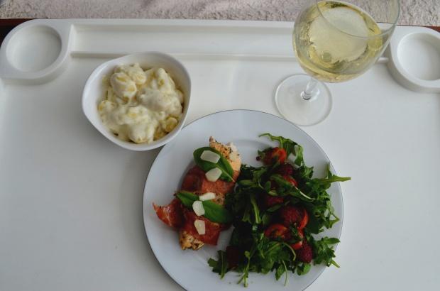 Kurczak Serrano z szałwią, gnocchi w sosie z koziego sera oraz sałatka z rukoli i malin w sosie balsamicznym!
