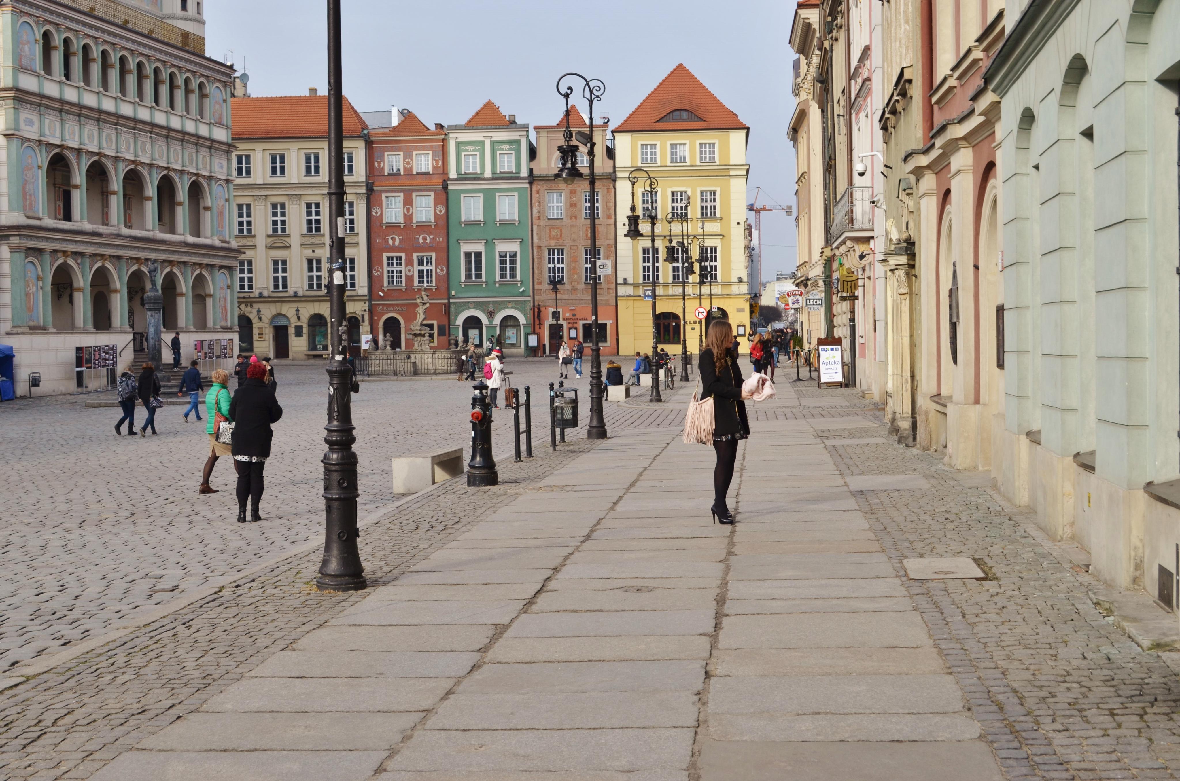 Flower print skirt and fringe bag in the city!
