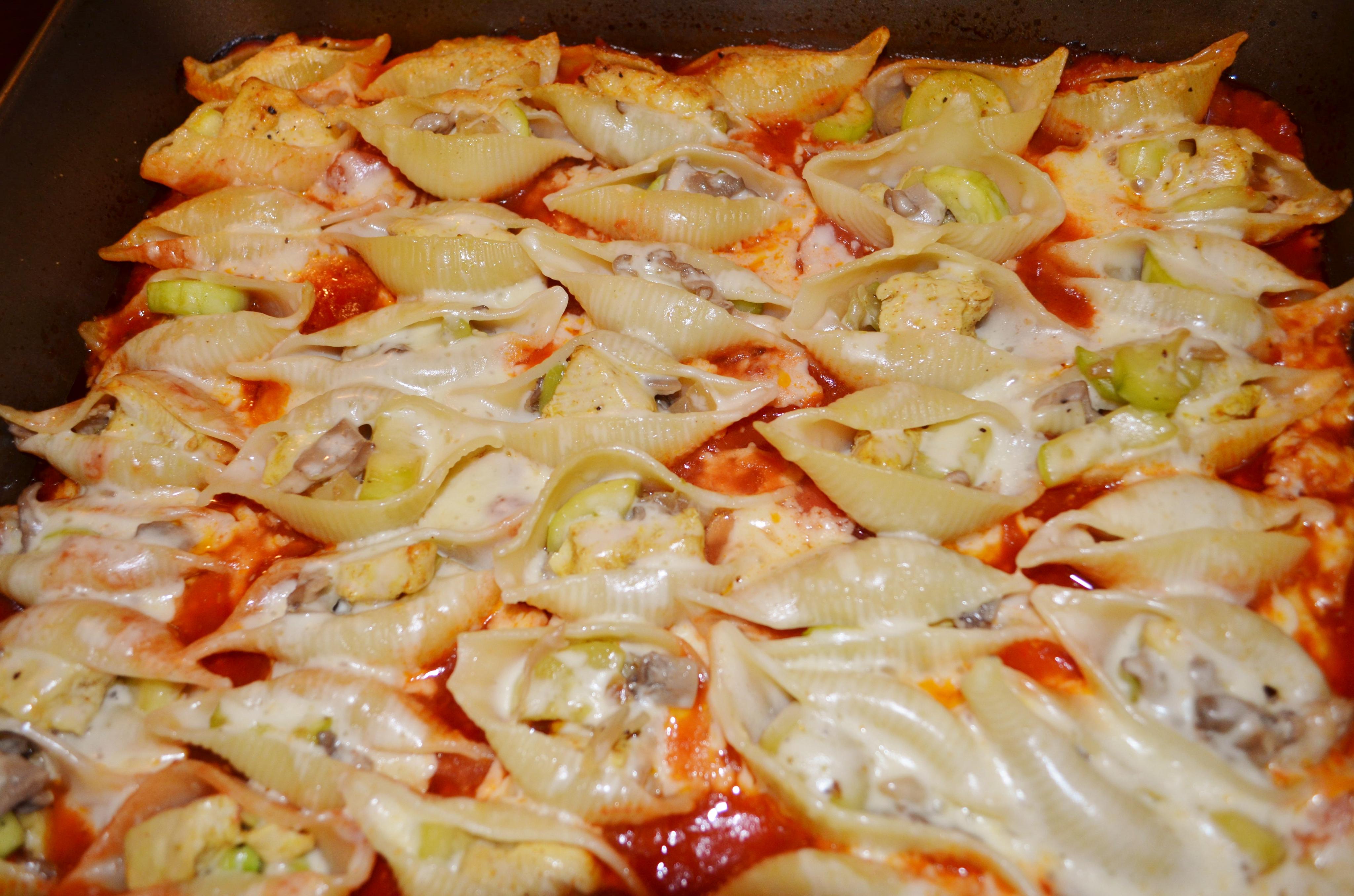 Muszle faszerowane kurczakiem, cukinią i boczniakami zapiekane w sosie pomidorowym!