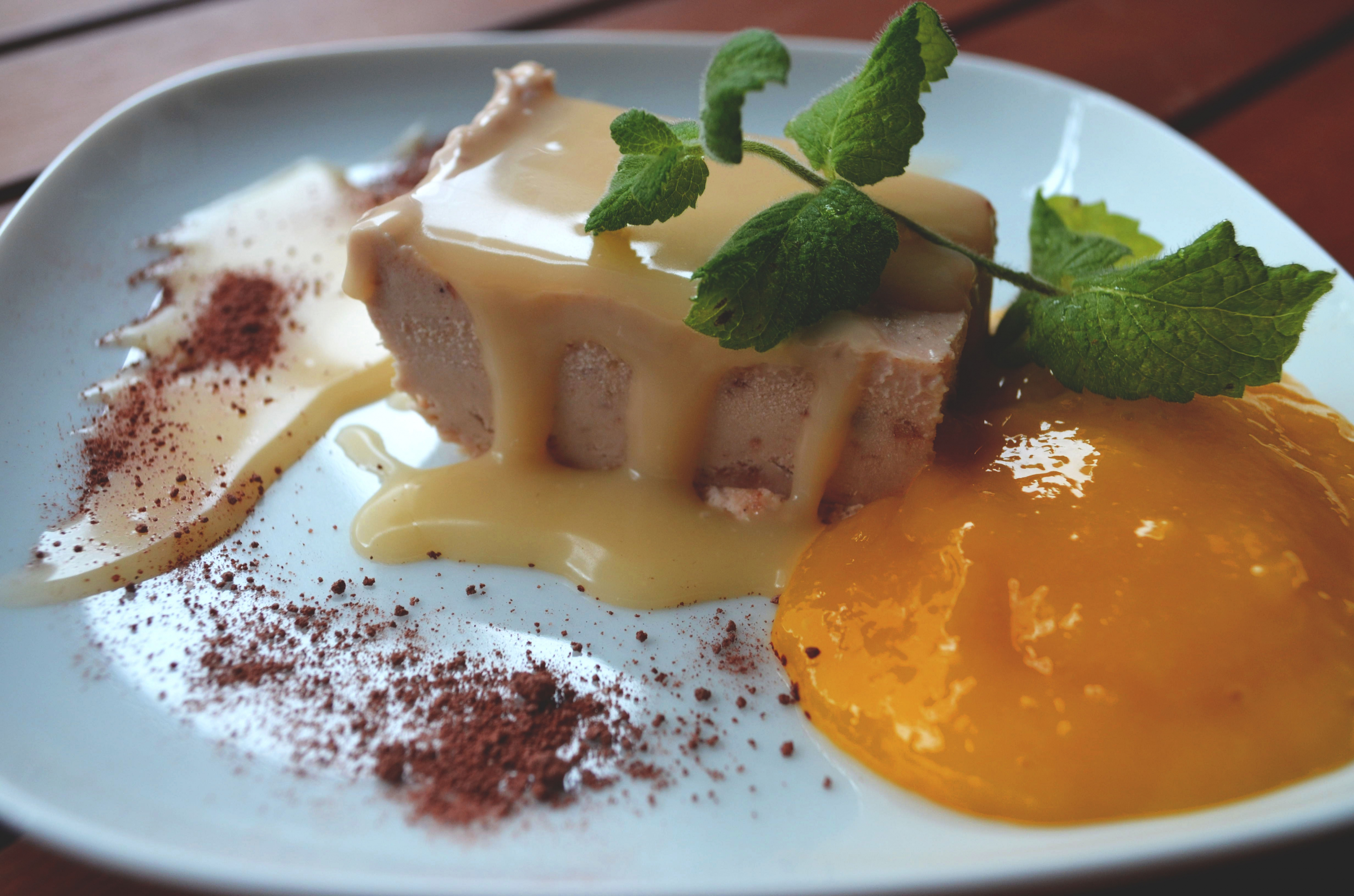 Mrożone parfait chałwowe z puree z mango i solonym karmelem!
