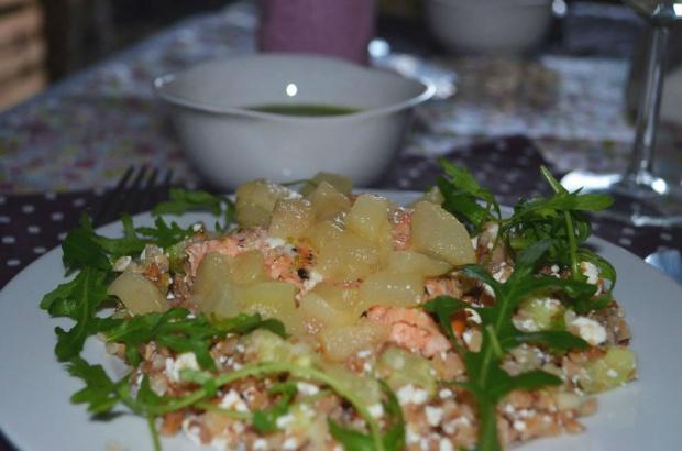 Łosoś z sosem z rukoli, sałatką z kaszy gryczanej i gruszkami w miodzie!