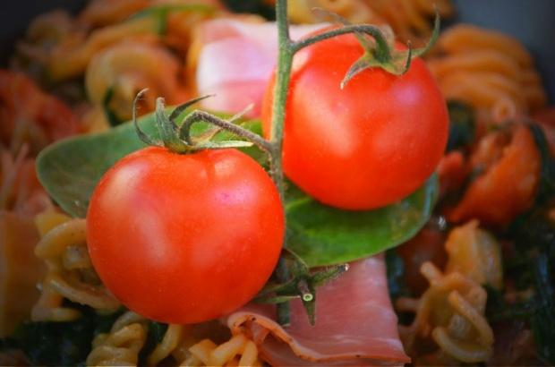 Kolorowy makaron z pesto, grillowaną cukinią, prosciutto i pomidorami!