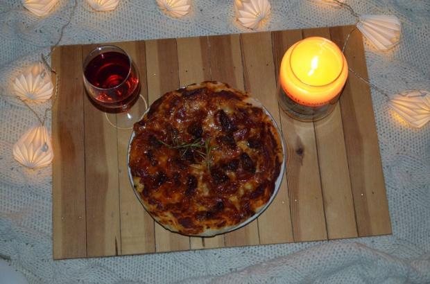 Moja pizza. Z mozzarellą, chorizo, suszonymi pomidorami i rozmarynem!