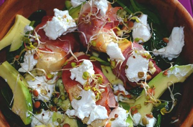 Wiosenna sałatka z awokado, kozim serem i szynką parmeńską!