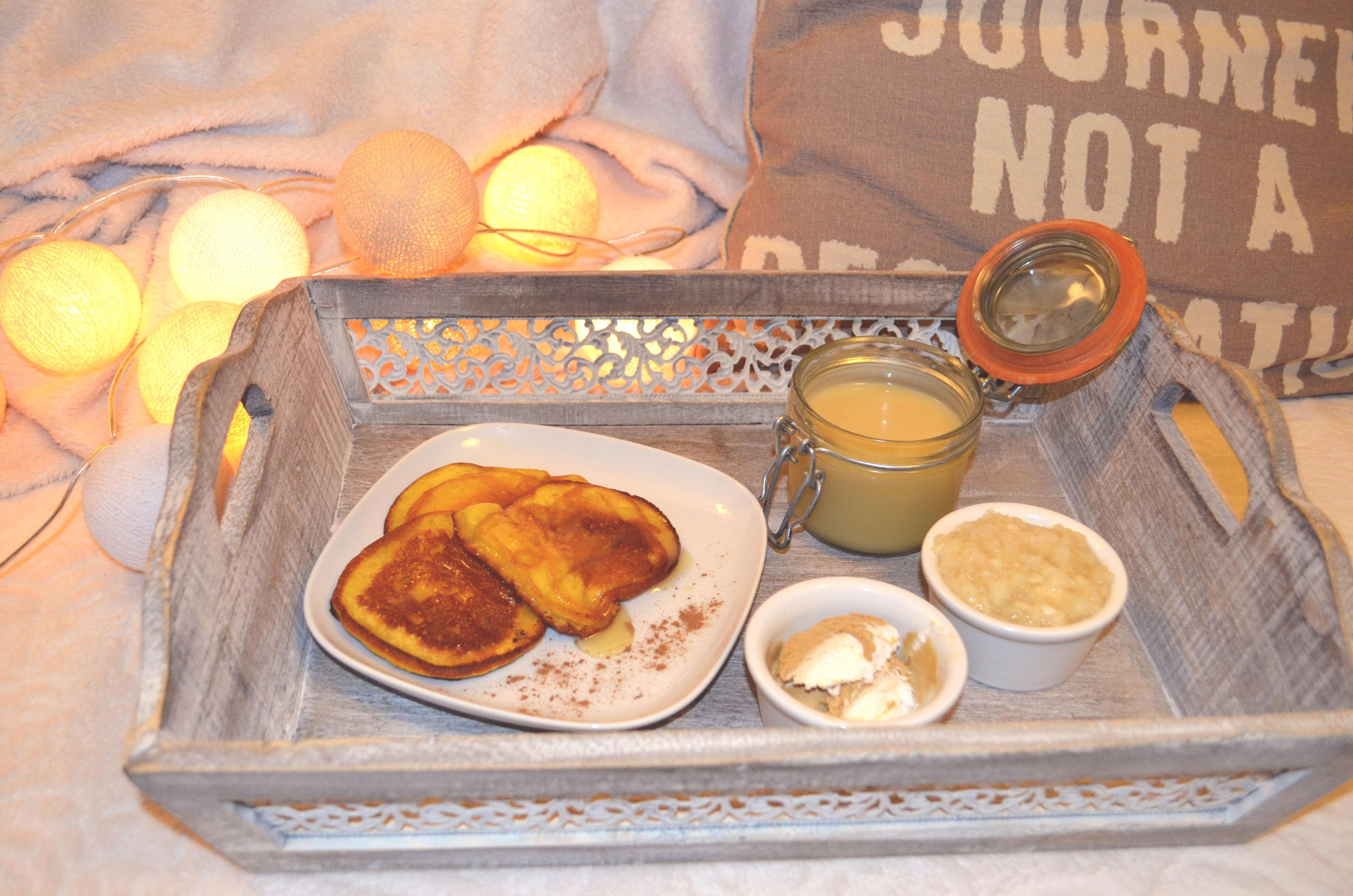 Placuszki dyniowe z solonym karmelem, musem jabłkowym i lodami!