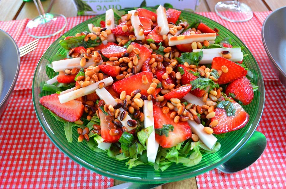 Sałatka z kozim serem, truskawkami i orzeszkami piniowymi :)