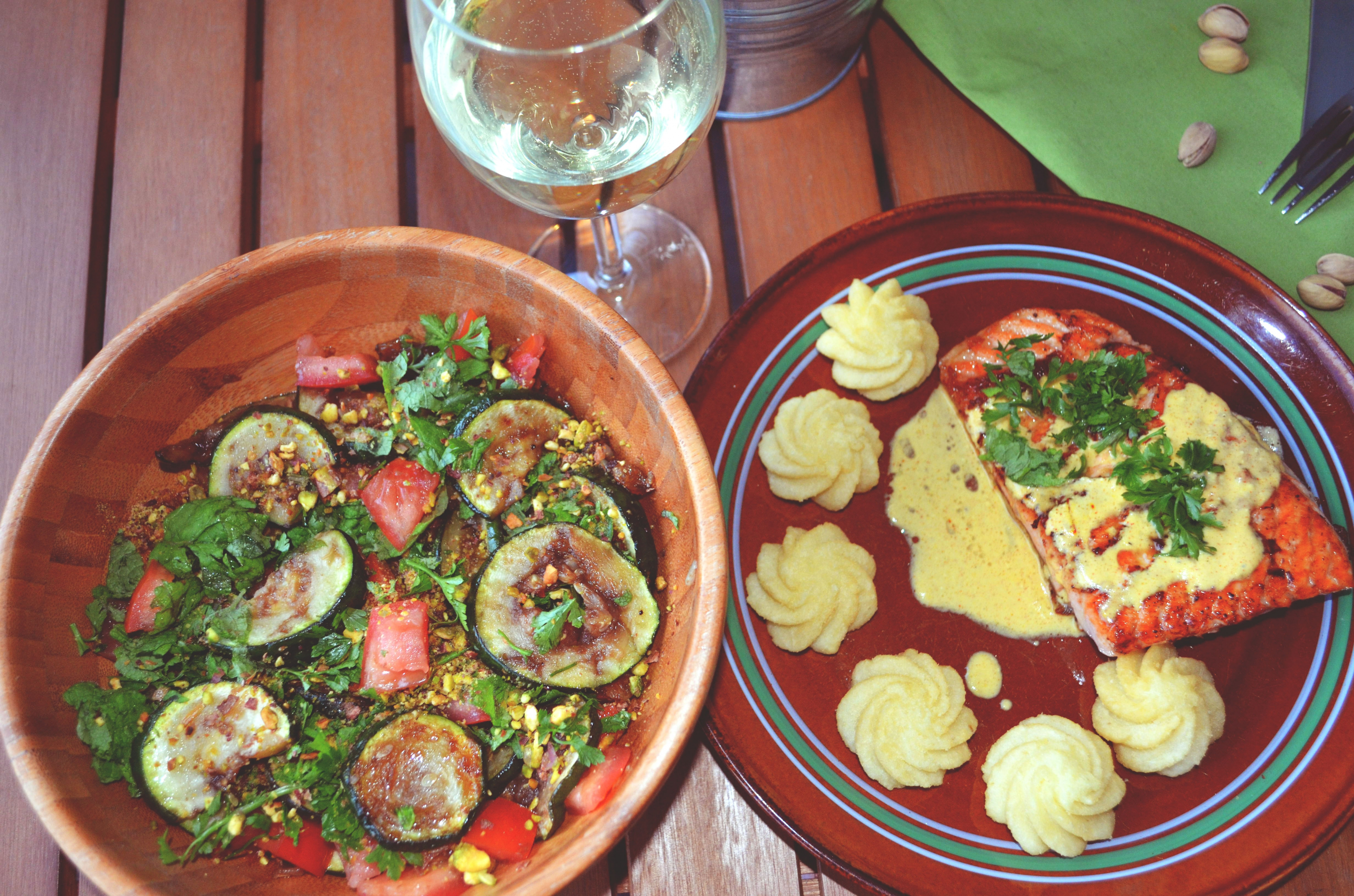 Grillowany łosoś w sosie śmietanowo ? szafranowym z sałatką z cukinii, pomidorów i pistacji!