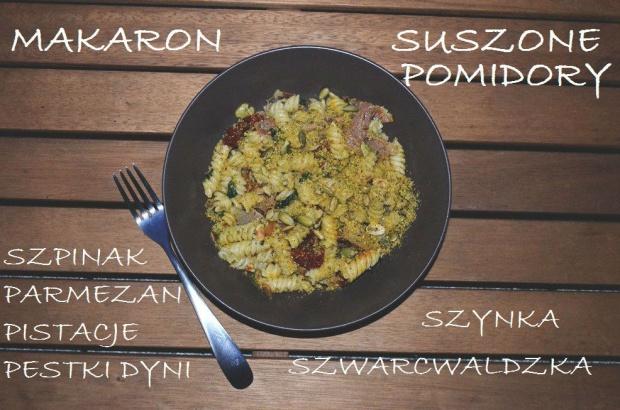 Makaron + suszone pomidory, szynka szwarcwaldzka, szpinak, parmezan, pistacje i pestki dyni!