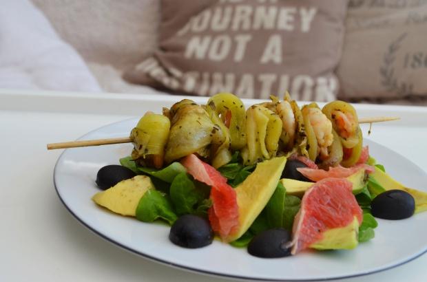 Czosnkowa krewetka na szaszłyku w bakłażanie oraz sałatka z grejpfruta i awokado!