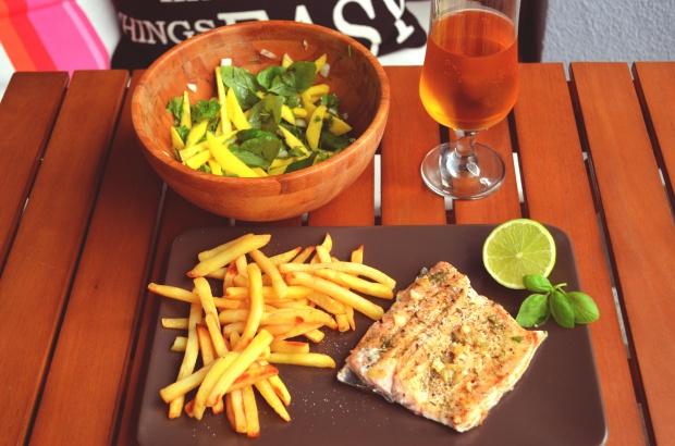 Prowansalski pstrąg łososiowy z sałatką z mango i świeżych ziół!